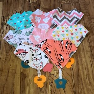 Set of 8 bibs with chewy attached